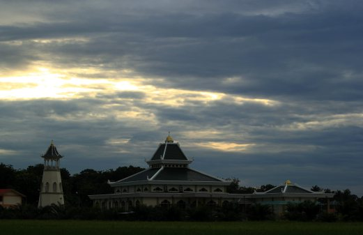 MELAKA 18 JUNE 2016. ( MB936N / PENGHADANGKAYU ) Pemandangan di Masjid Jamek Tedong, Serkam pada awal pagi. Masjid Jamek Tedong merupakan bangunan dua tingkat yang boleh memuatkan 1,300 jemaah pada satu masa dan mula beroperasi sejak awal April 2016. STR/ MUHAMMAD ZUHAIRI ZUBER